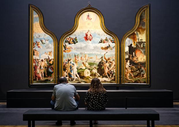 Iniciación a la apreciación de la pintura: Ampliación de Cómo mirar un cuadro I (Pintura figurativa). Pareja sentada en un banco mirando una cuadro.