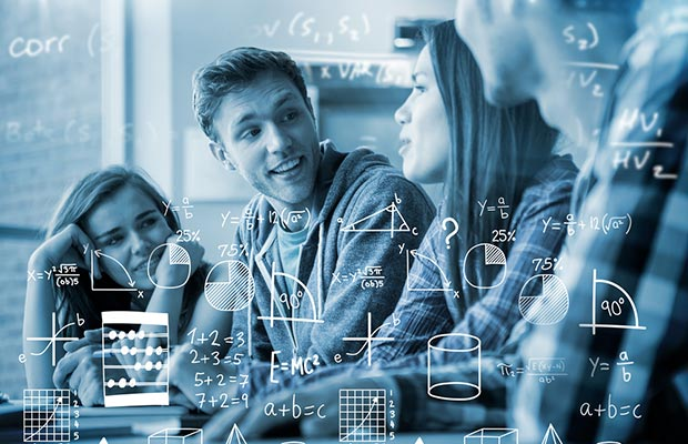 Grado en Matemáticas. Jovénes mirandose, se antepone una transparencia de cálculos matemáticos.