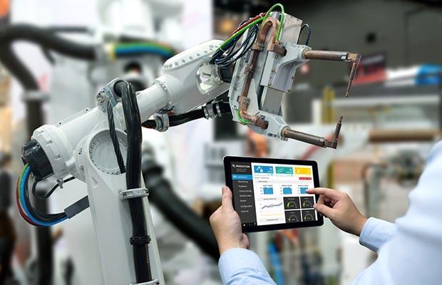 Grado en Tecnologías Industriales. Maquina y tablet con indicaciones.