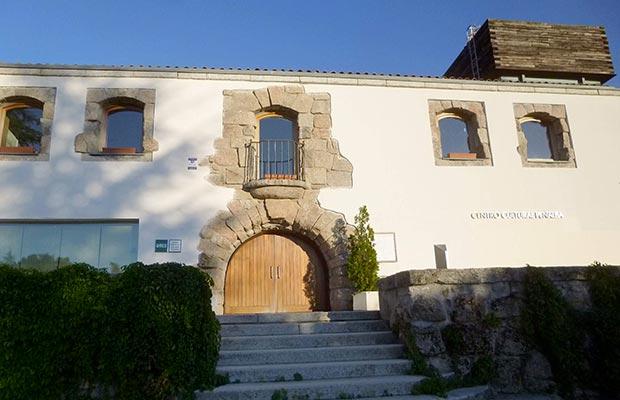 Sede Collado Villalba, fachada entrada principal, logo a la izquierda.