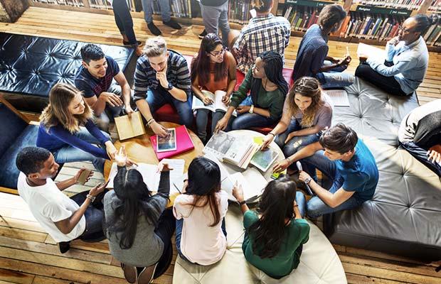 Estdiantes. Representacion de estudiantes. Grupo de estudiantes en sala de Biblioteca, charlando en un grupo.