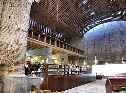 Interior de la Biblioteca de las Escuelas Pías, foto tomada desde la orla de luces hacia la cristalera de C/Mesón de Paredes (1).