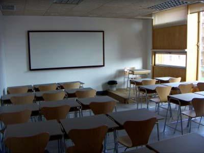 Imagen aulario Escuelas Pias de atras hacia delante vista pizarra.
