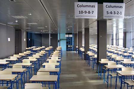 Aulario vacio preparado para examenes sede de las Tablas.