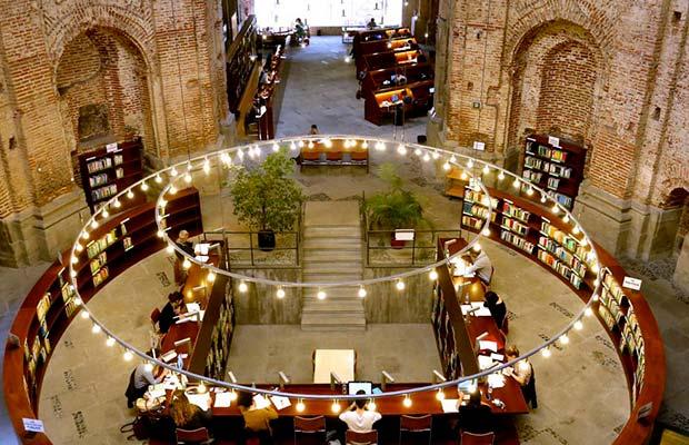 Interior de la Biblioteca de las Escuelas Pías, parte central con orla doble iluminada, con usuarios,foto tomada desde el antiguo altar ahora zona de libros descatalogados (0).