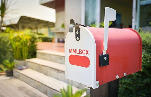 Sugerencias felicitaciones quejas. Buzón exterior rojo y blanco. Mailbox.