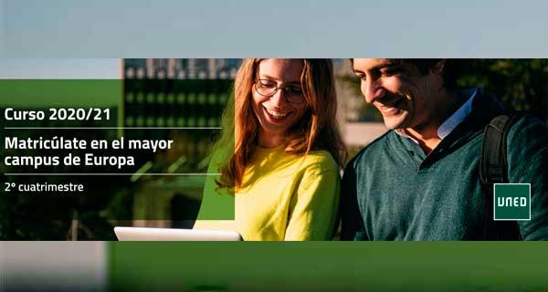Matricúlate Mayor Campus de Europa.Dos personas sonrientes mirando la pantalla de un portátil.
