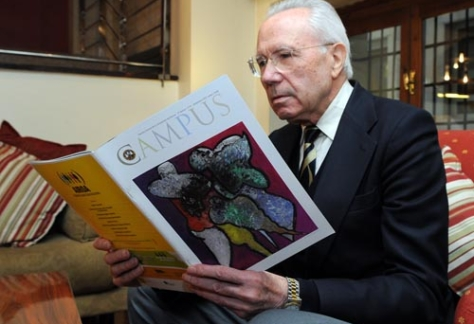Carmelo Lison Tolosana, sentado leyendo revista Campus.
