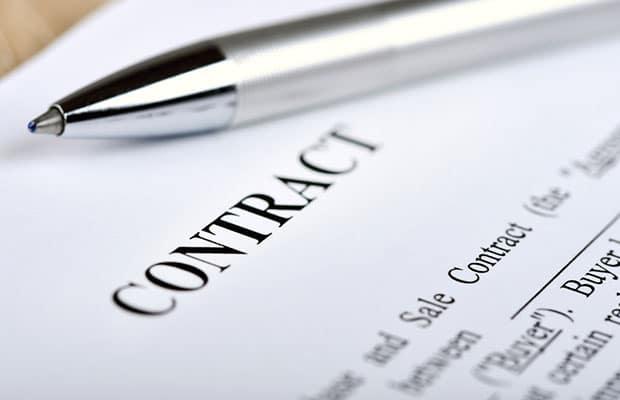 Documento de contrato con un boli.